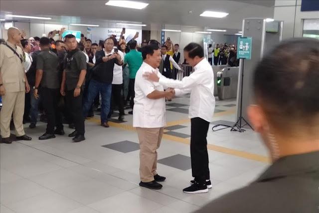 Kompak Pakai Baju Putih, Jokowi Berpelukan dengan Prabowo di MRT Lebak Bulus