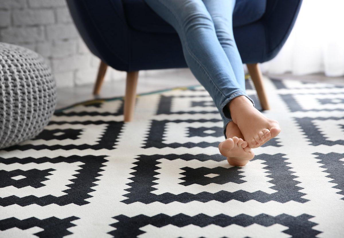 Alfombra geométrica en el suelo en blanco y negro