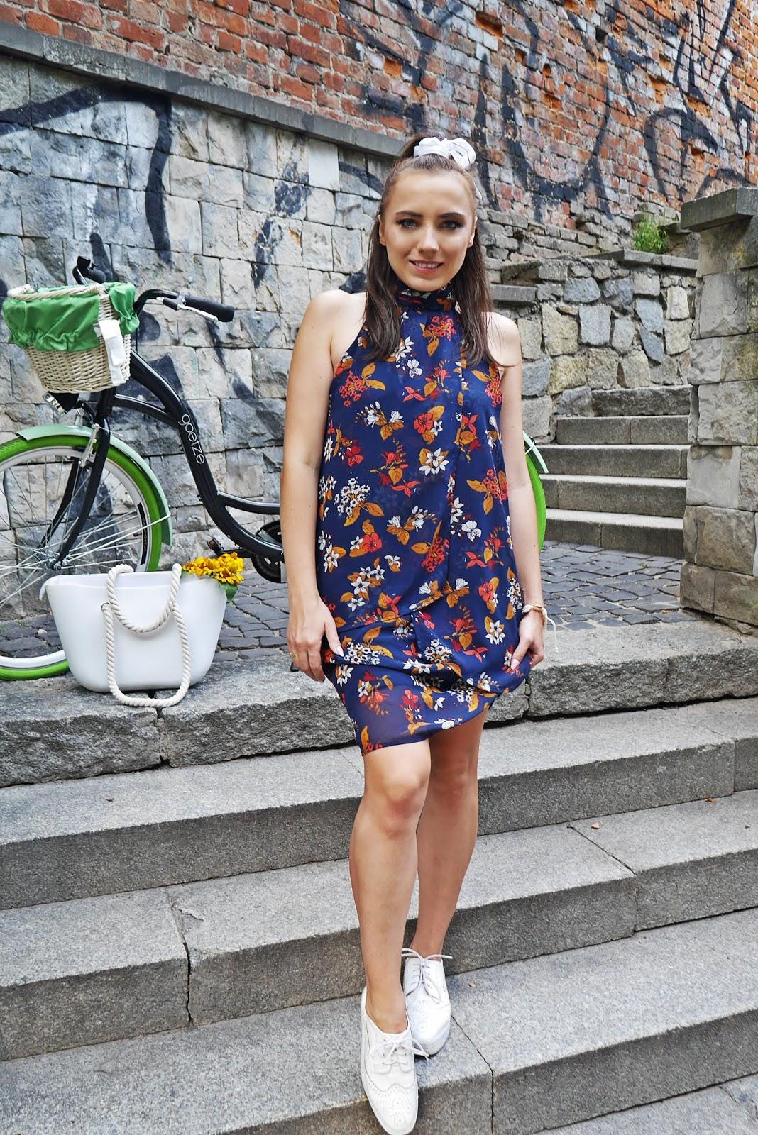 sukienka w kwiaty na codzień na rower look outfit stylizacja karyn blog modowy blogerka modowa
