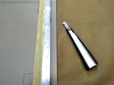 マスキングテープで鉄定規を固定
