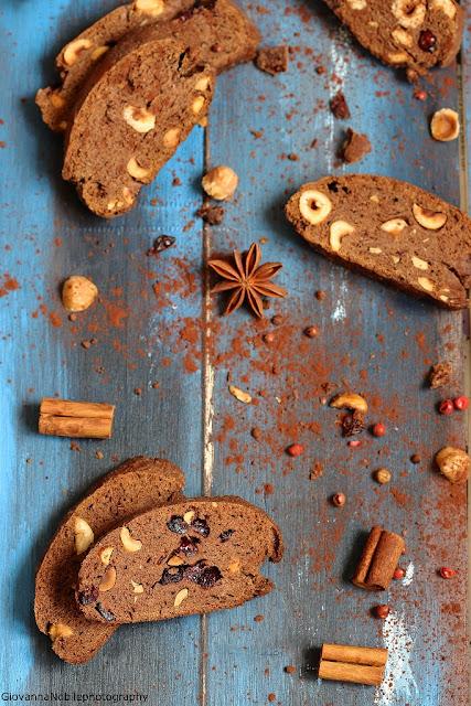 biscotti con cacao, nocciole e cramberries