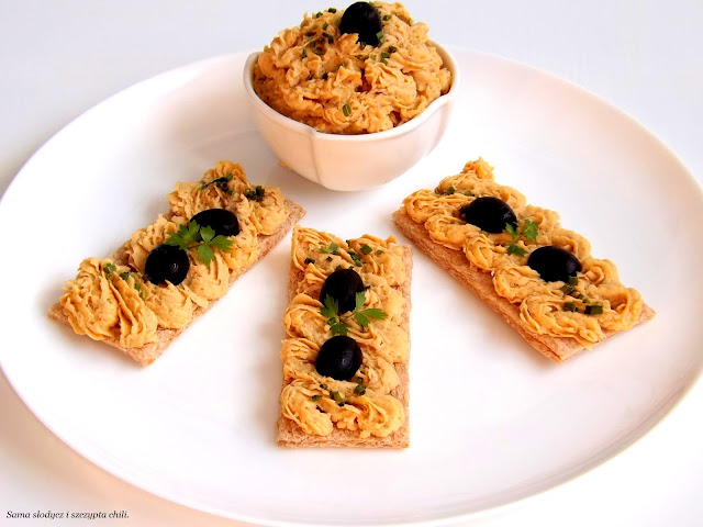 Pieczywo chrupkie gryczano-ryżowe bezglutenowe Incola z pastą z cieciorki.