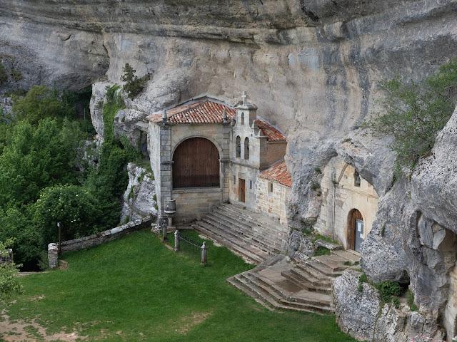 Ermita de San Bernabé excavada en una roca