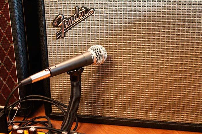 """Un microfono Shure SM58 fue utilizado para capturar el sonido de la guitarra con efecto tremolo, en la grabación del cover de """"How Soon Is Now"""""""