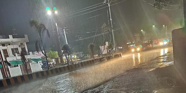L&T के नालों का पानी सड़कों पर आ गया, लोगों में दहशत | JABALPUR NEWS