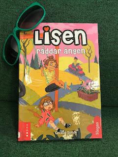 En bild på bokens framsida, grön bakgrund och gröna solglasögon i hörnet.