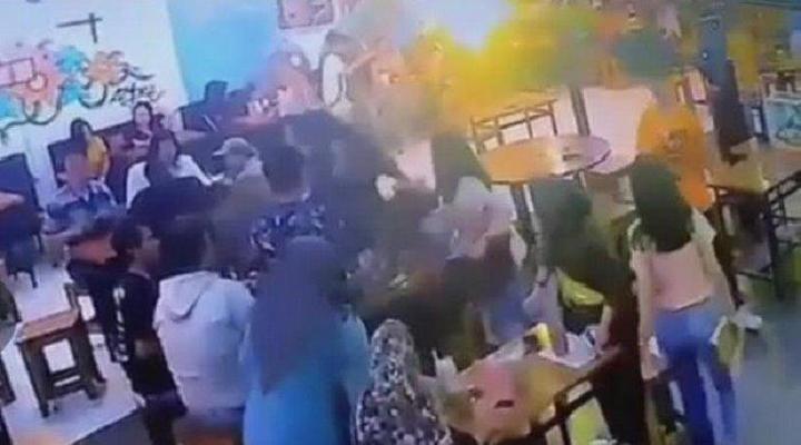 Heboh Video Perkelahian Dua Gadis di Kafe, Ternyata Ini Penyebabnya!
