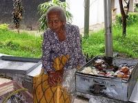 Kisah Ibu Penjual Kue Dan Pemilik Toko Yang Baik Hati