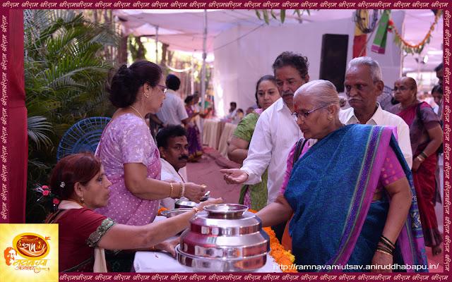 Ramnavami-utsav-shraddawan-distributing-prasad-bhakt