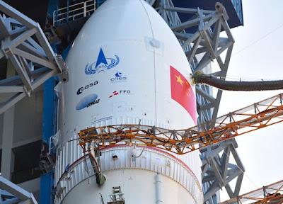 Los logotipos de la Agencia Espacial Europea, la agencia espacial francesa CNES, la agencia espacial argentina CONAE y la Agencia Austriaca de Promoción de la Investigación (FFG) están instalados en el carenado de carga útil del Long March 5. Crédito: Administración Nacional del Espacio de China
