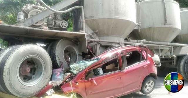 TERRIBLE   Gandola aplastó a un vehículo en la Autopista Francisco de Miranda