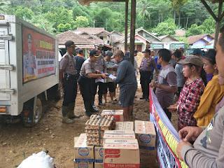 Polres Tanggamus dan Polres Pringsewu Serahkan Bantuan ke Korban Banjir Semaka