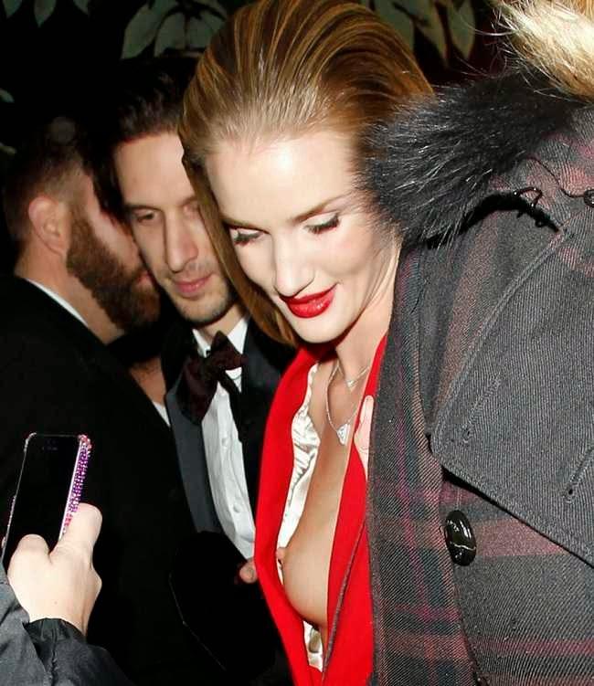 Descuido De La Modelo Rosie Huntington En Los British Fashion Awards 2013. Foto 1