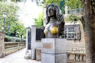 Paris : Buste de Dalida à Montmartre, oeuvre du sculpteur Alain Aslan - XVIIIème