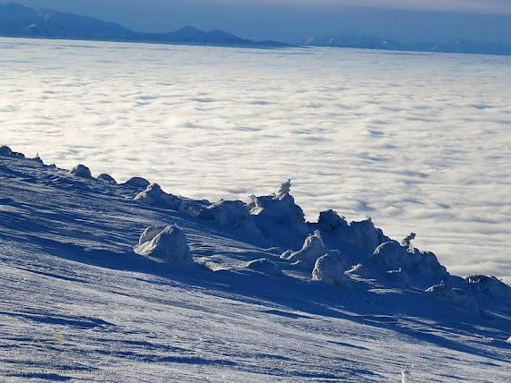 Stoki schodzące do morza mgieł.