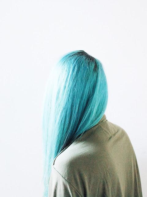 chica-pelo-teñido-en-azul