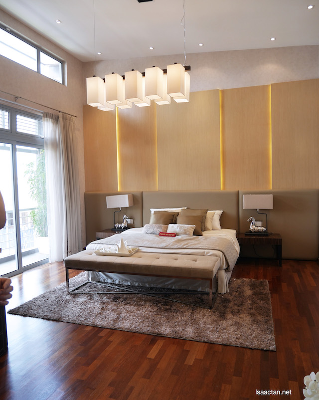 The master bed room, with so much walking space even with the bed in the middle