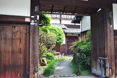 Puerta de una casa en el Paseo de la Filosofía, en Kyoto