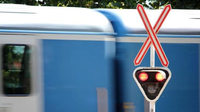 Vasúti átjáró a pokolból: sorra ejti csapdába az autósokat a sorompó – videó