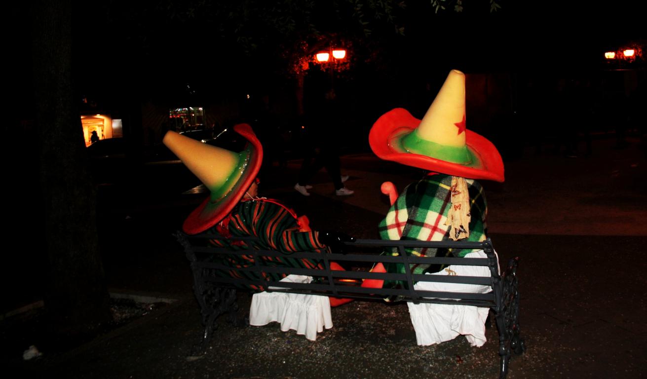 carnevale, maschere, Corato carnevale, messicani, cappelli messicani, persone, panchina, serata,