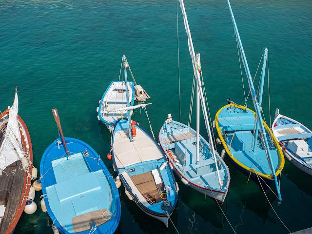 Barcas de pescadores de colores vistas desde arriba