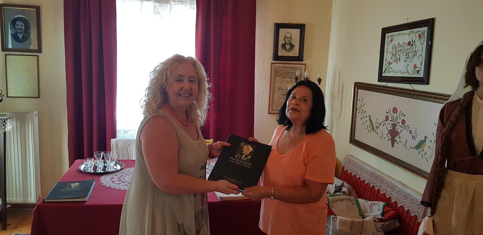Η πρόξενος του Εκουαδόρ στο Λαογραφικό Μουσείο και τη Δημοτική βιβλιοθήκη Πολυγύρου