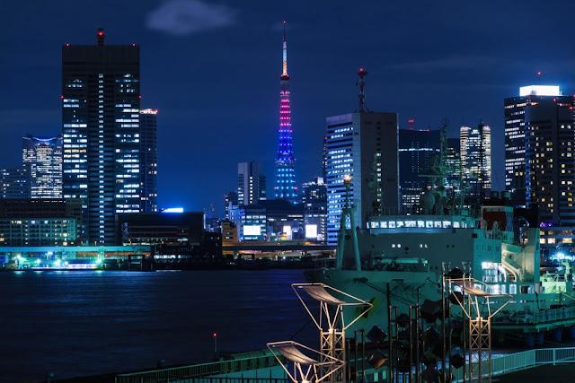 パラリンピック色の東京タワーと高層ビル群