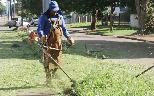 Serviço de roçadas e corte de grama é retomado em Toledo