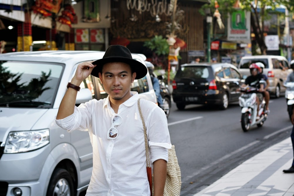 WHITE SHIRT FOR CASUAL WALK HOLIDAY IN BALI DELUXSHIONIST FASHION