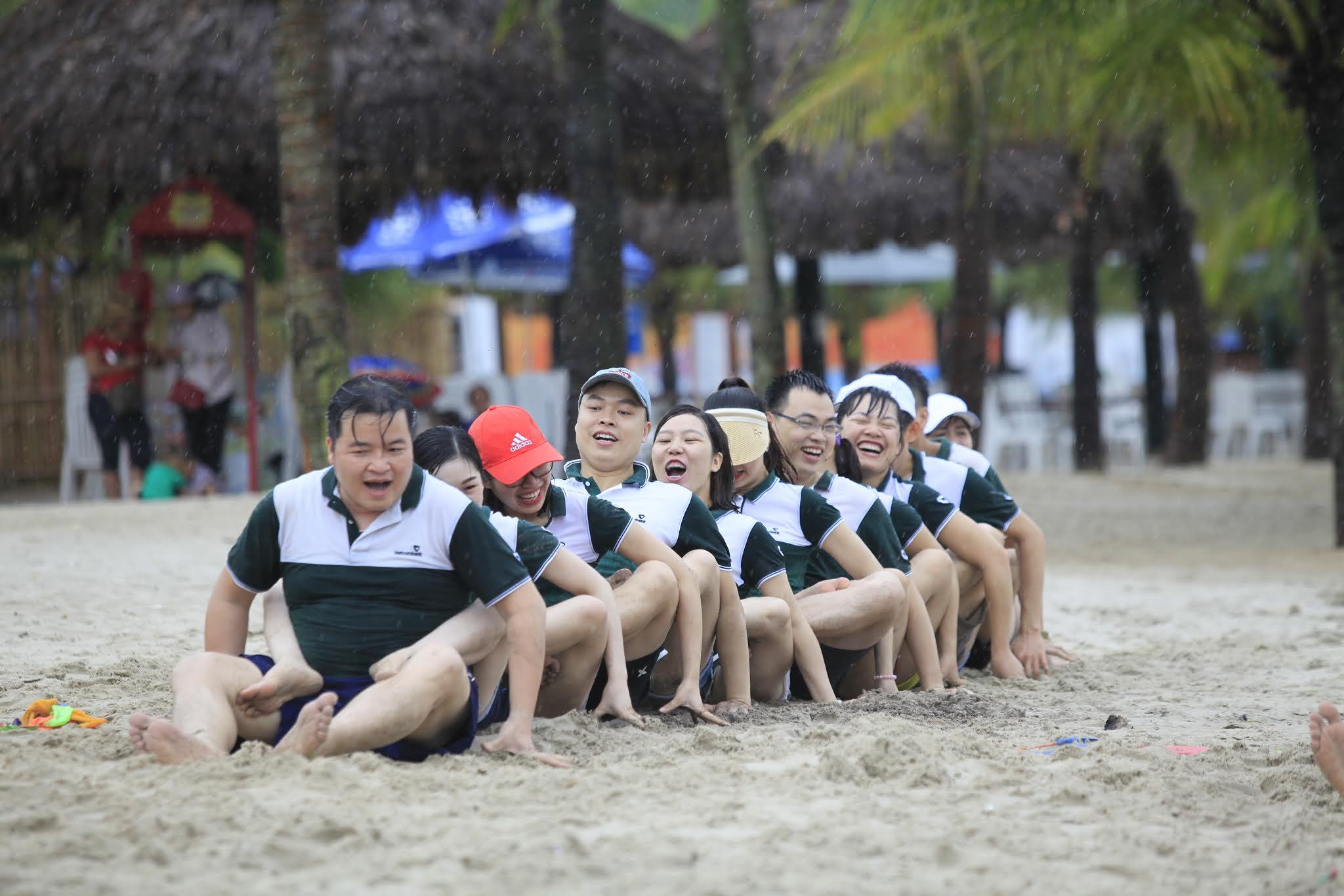 Chụp ảnh team building tại Hạ Long, Ngân hàng Vietcombank chơi tại bãi biển Tuần Châu, trời mưa nhưng mọi người rất vui vẻ và ảnh đẹp