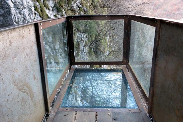 cascata di brazzavalle e cubo di vetro