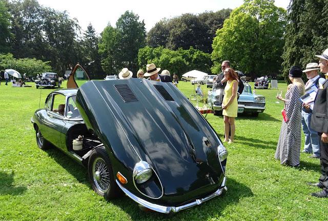 Jaguar E- Type mit offener Motorhaube bewertet von der Jury auf dem 1. Fashion Award auf Schloss Merode