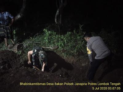 Bhabinkamtibmas Polres Lombok Tengah Bantu Gali Pemakaman Pasien Covid-19