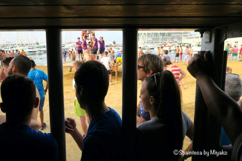 スペインの海の牛追い祭りを鉄格子からみる様子 Bous a la mar, Denia