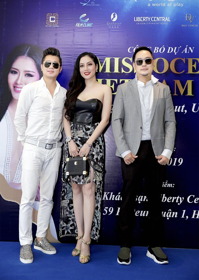Vợ chồngca sĩ Lâm Vũ cùngNTK Võ Việt Chung (Trưởng BTC cuộc thi).