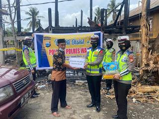 Peduli Korban Kebakaran, Personil Polwan Sat Lantas Polres Wajo Salurkan Bantuan