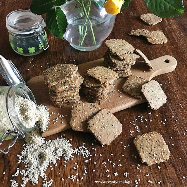 Krakersy z mąki sezamowej