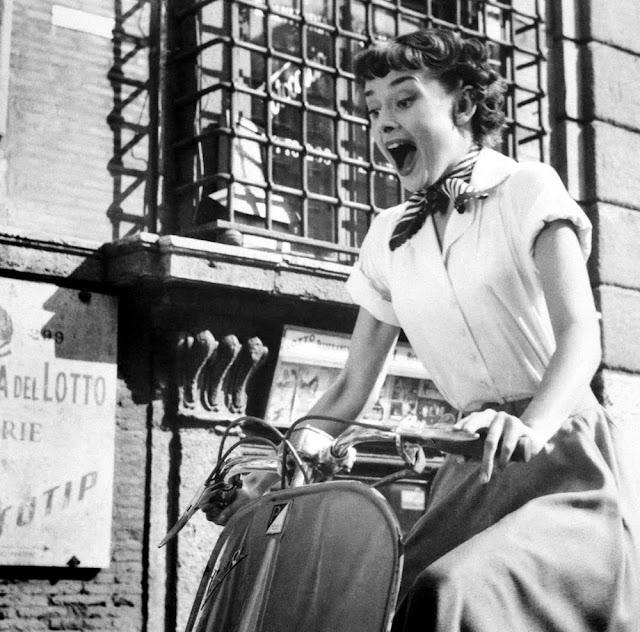 Одри Хэпберн на мотоцикле в шейном платке