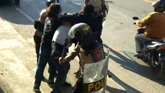 VIRAL! Mahasiswi UIN Makassar Dikeroyok Polisi, Ditendang & Dipukul Pentungan