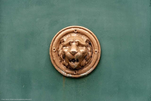 Detalhe de uma casa antiga na Rua Paula Gomes - escultura de cabeça de leão no portão