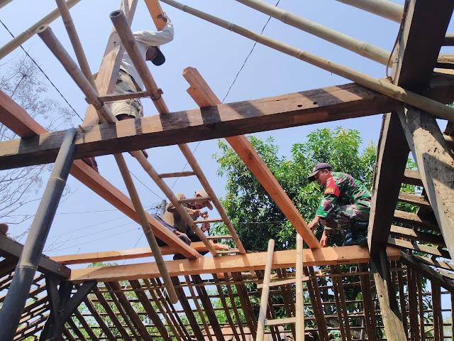 Babinsa Peleman Gotong Royong Perbaiki Rumah Warga Binaan