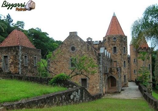 Para formar o platô e iniciar a construção do castelo de pedra executamos vários muros de arrimo com pedra.