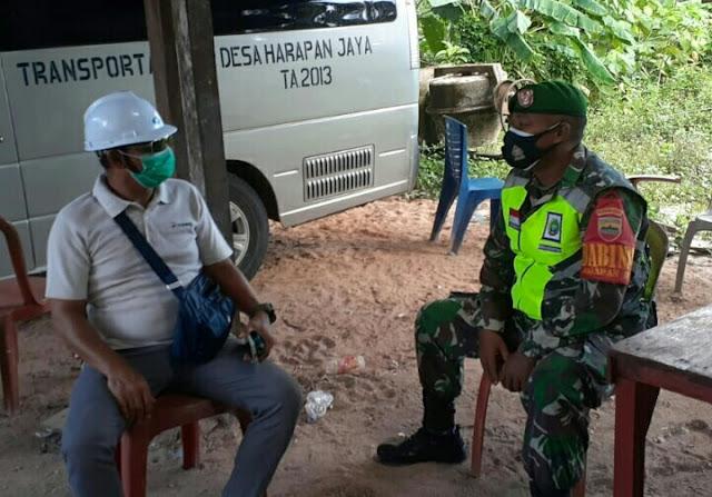 Babinsa Edi Sufriyadi Lakukan Komsos dengan Petugas Kesehatan Desa Harapan Jaya