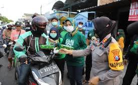 Program Jumat Berkah, Kasatlantas Polres Pelabuhan Tanjung Perak Bagikan Makanan Siap Saji Di Tengah Pandemi Covid-19