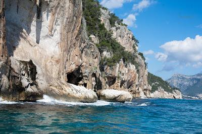 Falaise vue depuis la mer en Sardaigne en allant à la grotte del bue marino
