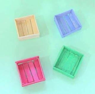 cajitas en miniatura hechas con palitos de madera