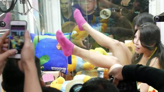 Ide Unik !! Mesin Capit Boneka Dengan Wanita Berbikini