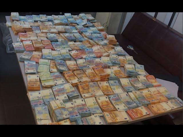 Albanian police counting euros seized in Durrës Port live