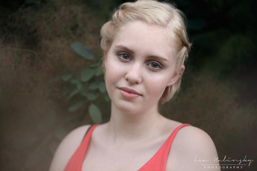 ausdrucksstarkes Foto von Frau mit blondem Kurzhaarschnitt