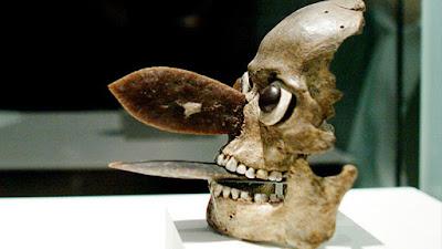 máscara azteca hecha de cráneo humano
